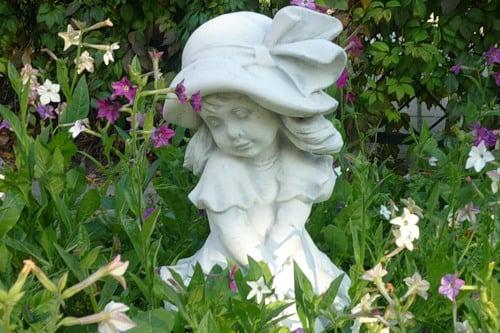 Украшаем сад скульптурами